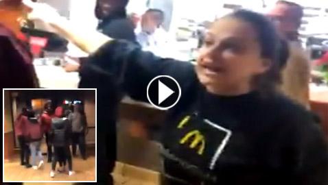 فيديو مديرة مكدونالدز تطرد مراهقين مسلمين هددهم مسلح عنصري بمسدس!