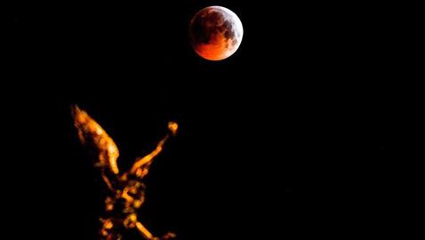 صور مدهشة للقمر الذئب الدموي العملاق