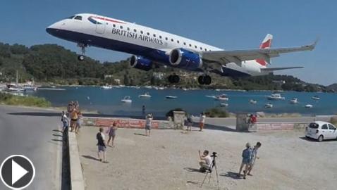 بالفيديو والصور: هبوط خطير لطائرة قرب رؤوس السائحين