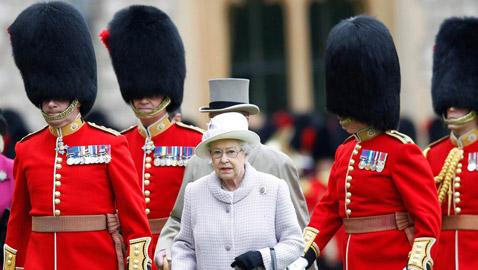هل سيتخلى حراس ملكة بريطانيا عن قبعات فراء الدببة التقليدية؟